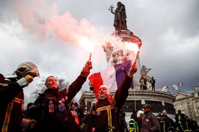 Violenti scontri a Parigi tra vigili del fuoco e polizia